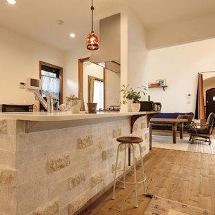 東京都下の地中海スタイルのおしゃれなキッチン (無垢フローリング、茶色い床) の写真