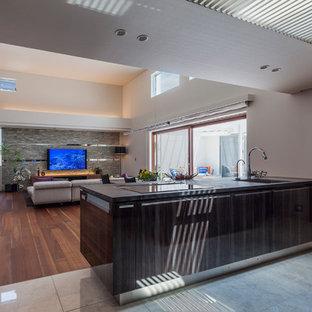 他の地域のミッドセンチュリースタイルのおしゃれなアイランドキッチン (シングルシンク、フラットパネル扉のキャビネット、茶色いキャビネット、大理石の床、グレーの床) の写真