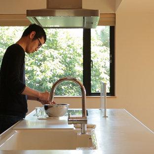 他の地域の中サイズのアジアンスタイルのおしゃれなキッチン (一体型シンク、インセット扉のキャビネット、青いキャビネット、人工大理石カウンター、白いキッチンカウンター) の写真