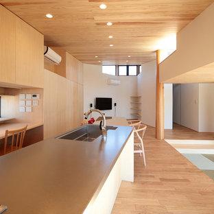 他の地域のアジアンスタイルのおしゃれなキッチン (シングルシンク、オープンシェルフ、ステンレスカウンター、淡色無垢フローリング、茶色い床) の写真