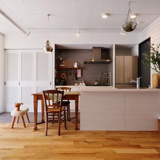 東京23区の北欧スタイルのおしゃれなキッチン (シングルシンク、フラットパネル扉のキャビネット、白いキャビネット、シルバーの調理設備の、無垢フローリング、茶色い床) の写真