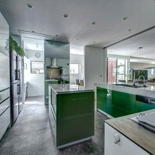 Immagine di una grande cucina moderna con lavello sottopiano, ante lisce, ante verdi, top alla veneziana, elettrodomestici bianchi e isola