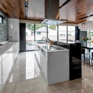 エクレクティックスタイルのおしゃれなキッチン (アンダーカウンターシンク、白いキャビネット、白いキッチンパネル、白い調理設備、グレーの床、白いキッチンカウンター) の写真