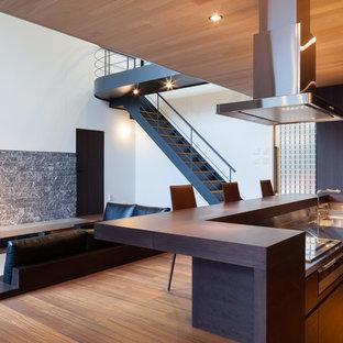 東京都下のII型モダンスタイルのLDKの画像 (フラットパネル扉のキャビネット、濃色木目調キャビネット、ステンレスカウンター、シルバーの調理設備、アイランド1つ)