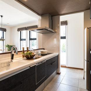 横浜のアジアンスタイルのおしゃれなキッチン (一体型シンク、フラットパネル扉のキャビネット、黒いキャビネット、白いキッチンパネル、ベージュの床、白いキッチンカウンター) の写真