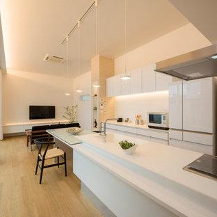他の地域のI型モダンスタイルのLDKの画像 (一体型シンク、フラットパネル扉のキャビネット、白いキャビネット、淡色無垢フローリング、アイランド1つ、茶色い床)