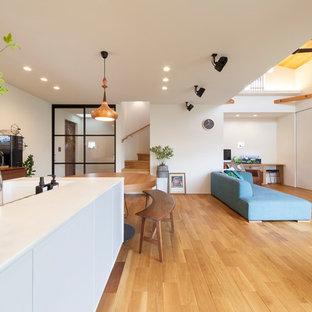 他の地域のコンテンポラリースタイルのおしゃれなLDK (茶色い床、白いキッチンカウンター、一体型シンク、無垢フローリング) の写真