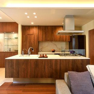 モダンスタイルのおしゃれなキッチン (一体型シンク、フラットパネル扉のキャビネット、中間色木目調キャビネット、ベージュの床) の写真