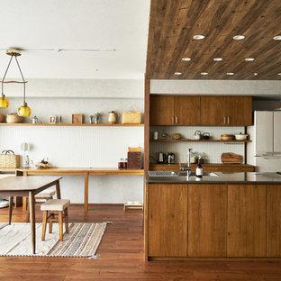 名古屋の北欧スタイルのおしゃれなキッチン (一体型シンク、フラットパネル扉のキャビネット、濃色木目調キャビネット、ステンレスカウンター、白いキッチンパネル、白い調理設備、無垢フローリング) の写真