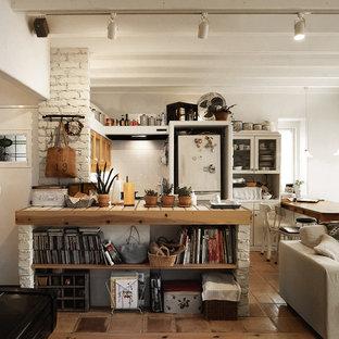 東京23区の小さいコンテンポラリースタイルのおしゃれなキッチン (白いキッチンパネル、アイランドなし、茶色い床) の写真