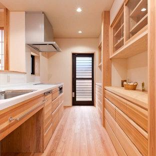 他の地域の和風のおしゃれなキッチン (ガラス扉のキャビネット、中間色木目調キャビネット、無垢フローリング、茶色い床、茶色いキッチンカウンター) の写真