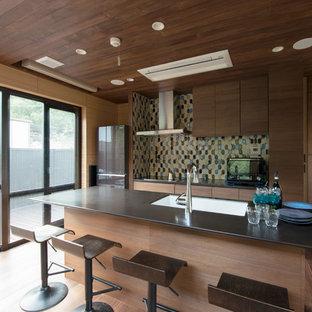 他の地域のアジアンスタイルのおしゃれなキッチン (ドロップインシンク、フラットパネル扉のキャビネット、茶色いキャビネット、無垢フローリング、茶色い床、茶色いキッチンカウンター) の写真