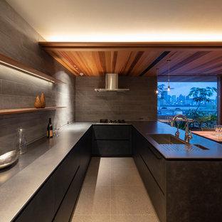 大阪のモダンスタイルのおしゃれなキッチン (シングルシンク、フラットパネル扉のキャビネット、黒いキャビネット、ステンレスカウンター、グレーの床) の写真