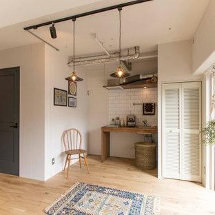 東京23区の小さい北欧スタイルのキッチンの画像 (シングルシンク、白いキッチンパネル、サブウェイタイルのキッチンパネル、淡色無垢フローリング、茶色い床)