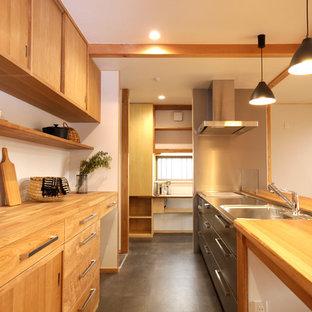 他の地域の和風のおしゃれなキッチン (シングルシンク、フラットパネル扉のキャビネット、中間色木目調キャビネット、ステンレスカウンター、グレーの床、茶色いキッチンカウンター) の写真