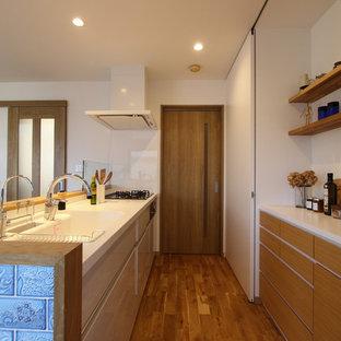 他の地域の中サイズの北欧スタイルのおしゃれなキッチン (一体型シンク、フラットパネル扉のキャビネット、中間色木目調キャビネット、白いキッチンパネル、無垢フローリング、茶色い床) の写真