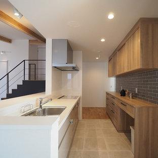 他の地域の北欧スタイルのおしゃれなキッチン (シングルシンク、フラットパネル扉のキャビネット、白いキャビネット、白いキッチンパネル、ベージュの床、茶色いキッチンカウンター) の写真