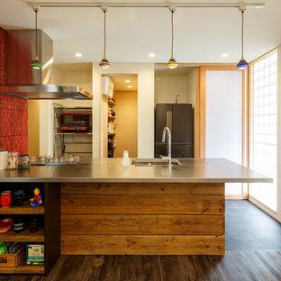 I型エクレクティックスタイルのキッチンの画像 (シングルシンク、ステンレスカウンター、濃色無垢フローリング、ペニンシュラ型、茶色い床)