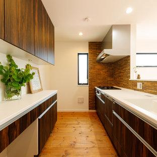 他の地域のモダンスタイルのおしゃれなキッチン (一体型シンク、フラットパネル扉のキャビネット、濃色木目調キャビネット、無垢フローリング、茶色い床) の写真