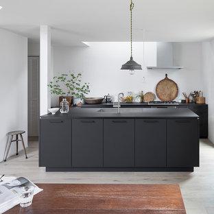 東京23区のラスティックスタイルのおしゃれなキッチン (アンダーカウンターシンク、インセット扉のキャビネット、黒いキャビネット、シルバーの調理設備の、淡色無垢フローリング、ベージュの床、黒いキッチンカウンター) の写真