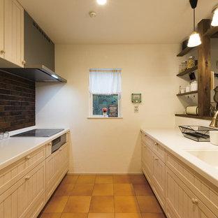 他の地域のカントリー風おしゃれなキッチン (一体型シンク、落し込みパネル扉のキャビネット、白いキャビネット、白いキッチンパネル、テラコッタタイルの床、茶色い床、茶色いキッチンカウンター) の写真