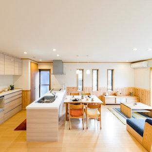 他の地域の和風のおしゃれなキッチン (シングルシンク、フラットパネル扉のキャビネット、ベージュのキャビネット、淡色無垢フローリング、ベージュの床) の写真