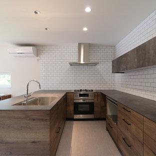 他の地域のコンテンポラリースタイルのおしゃれなコの字型キッチン (インセット扉のキャビネット、中間色木目調キャビネット、ラミネートカウンター、茶色いキッチンパネル、サブウェイタイルのキッチンパネル、クッションフロア、グレーの床、茶色いキッチンカウンター、シングルシンク) の写真