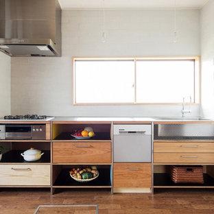 東京23区のコンテンポラリースタイルのおしゃれなI型キッチン (フラットパネル扉のキャビネット、中間色木目調キャビネット、ステンレスカウンター、白いキッチンパネル、シルバーの調理設備の、無垢フローリング) の写真
