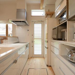 大阪のモダンスタイルのおしゃれなキッチン (一体型シンク、フラットパネル扉のキャビネット、白いキャビネット、淡色無垢フローリング、ベージュの床、白いキッチンカウンター) の写真