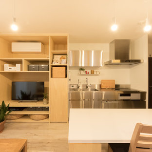 他の地域の小さい北欧スタイルのおしゃれなキッチン (シングルシンク、フラットパネル扉のキャビネット、ステンレスキャビネット、ステンレスカウンター、塗装フローリング、茶色い床) の写真