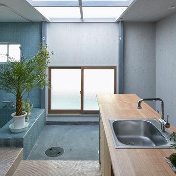 大きなトップライトから自然光が射し込むキッチンとバスルーム