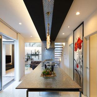 他の地域のコンテンポラリースタイルのおしゃれなキッチン (シングルシンク、白い床、グレーのキッチンカウンター) の写真