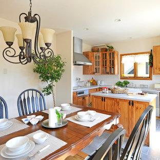 他の地域のカントリー風おしゃれなキッチン (セラミックタイルの床、グレーの床、茶色いキャビネット、人工大理石カウンター、白いキッチンパネル、磁器タイルのキッチンパネル) の写真
