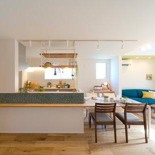 他の地域のアジアンスタイルのおしゃれなキッチン (淡色無垢フローリング、茶色い床) の写真
