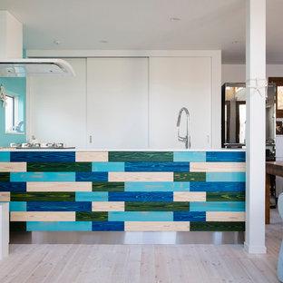 他の地域, のビーチスタイルのおしゃれなキッチン (塗装フローリング、ベージュの床) の写真