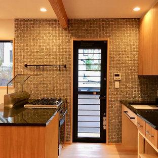 他の地域の小さい和風のおしゃれなキッチン (シングルシンク、フラットパネル扉のキャビネット、茶色いキャビネット、淡色無垢フローリング、茶色い床) の写真