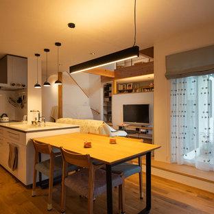 名古屋のエクレクティックスタイルのおしゃれなLDK (白いキッチンパネル) の写真