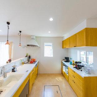 他の地域のカントリー風おしゃれなキッチン (一体型シンク、落し込みパネル扉のキャビネット、ベージュの床) の写真