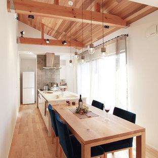 Asiatische Wohnküche mit weißen Schränken, Sperrholzboden und Halbinsel in Sonstige