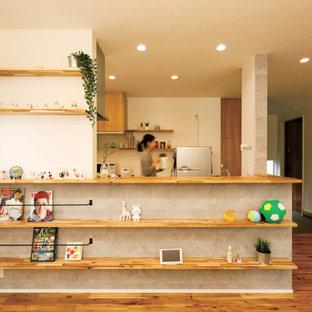 Immagine di una piccola cucina minimalista con parquet chiaro, penisola, pavimento beige e soffitto in carta da parati