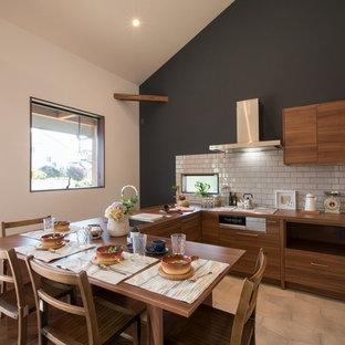北欧スタイルのおしゃれなキッチン (アンダーカウンターシンク、インセット扉のキャビネット、中間色木目調キャビネット、白いキッチンパネル、シルバーの調理設備の、アイランドなし、ベージュの床) の写真