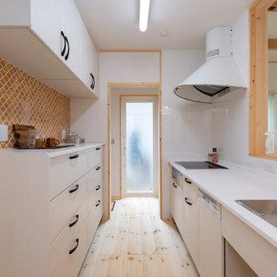 他の地域の北欧スタイルのおしゃれなキッチン (シングルシンク、落し込みパネル扉のキャビネット、白いキャビネット、淡色無垢フローリング、ベージュの床) の写真