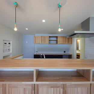 他の地域の和風のおしゃれなキッチン (人工大理石カウンター、白いキッチンパネル、濃色無垢フローリング、茶色い床、ベージュのキッチンカウンター) の写真