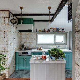 他の地域, のシャビーシック調のおしゃれなキッチン (一体型シンク、落し込みパネル扉のキャビネット、緑のキャビネット、グレーの床、白いキッチンカウンター) の写真
