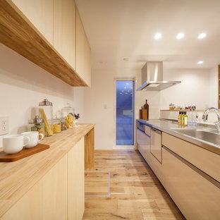 他の地域の北欧スタイルのおしゃれなキッチン (茶色いキャビネット、茶色い床) の写真