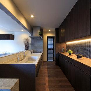他の地域の和風のおしゃれなキッチン (一体型シンク、フラットパネル扉のキャビネット、濃色木目調キャビネット、白いキッチンパネル、濃色無垢フローリング、茶色い床、茶色いキッチンカウンター) の写真