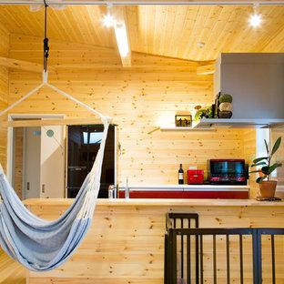 他の地域のアジアンスタイルのおしゃれなキッチン (フラットパネル扉のキャビネット、赤いキャビネット、木材カウンター、茶色いキッチンパネル、無垢フローリング、茶色い床) の写真
