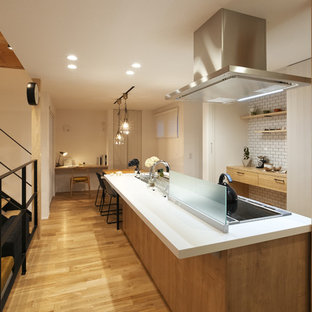 他の地域の中サイズの北欧スタイルのおしゃれなキッチン (シングルシンク、インセット扉のキャビネット、淡色木目調キャビネット、人工大理石カウンター、淡色無垢フローリング、茶色い床) の写真
