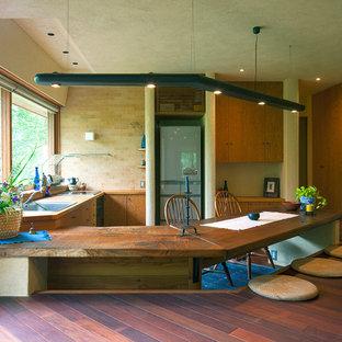 На фото: угловая кухня в восточном стиле с обеденным столом, накладной раковиной и полуостровом с