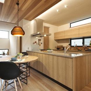 他の地域の北欧スタイルのおしゃれなキッチン (シングルシンク、フラットパネル扉のキャビネット、中間色木目調キャビネット、御影石カウンター、無垢フローリング、茶色い床) の写真